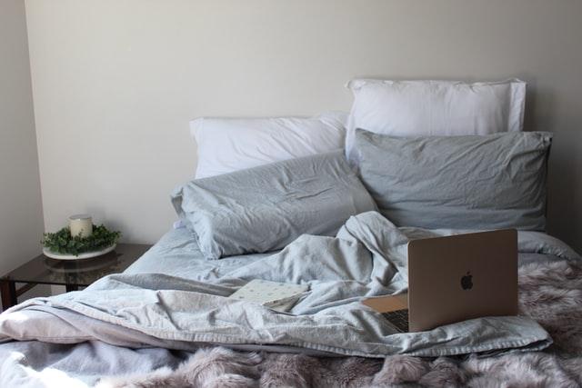 ベッドの上にあるパソコン