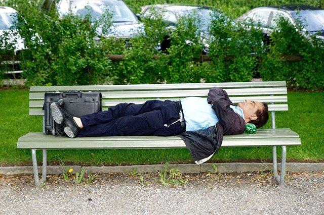 ベンチで寝る男性
