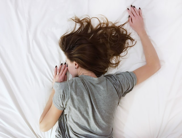 うつ伏せで寝る女性