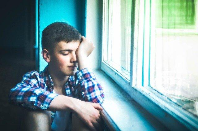 ストレスを抱えている少年