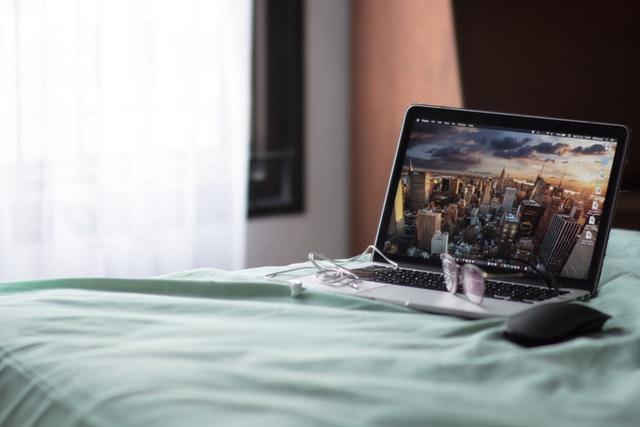 ベッドとパソコン